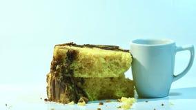 Una vista vicina di una fetta di dolce di marmo delizioso e di tazza del caffè del caffè espresso immagini stock libere da diritti