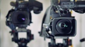 Una vista vicina su tre videocamere differenti video d archivio