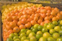 Una visualización de frutas en un colmado imagenes de archivo