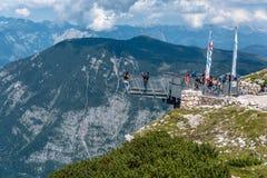 Una visualizzazione scenica di cinque dita che osservano piattaforma nelle alpi Immagini Stock