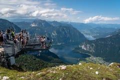 Una visualizzazione scenica di cinque dita che osservano piattaforma nelle alpi Fotografia Stock Libera da Diritti