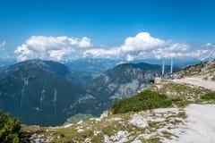 Una visualizzazione scenica di cinque dita che osservano piattaforma nelle alpi Fotografia Stock