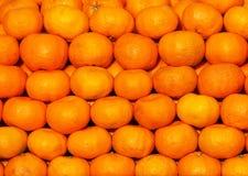 Una visualizzazione variopinta dei mandarini freschi impilati Fotografia Stock