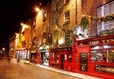 Una vita notturna occupata della regione di Antivari del tempio di Dublino, Irlanda Immagini Stock