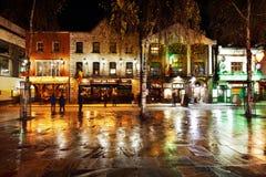 Una vita notturna occupata della regione di Antivari del tempio di Dublino, Irlanda Immagine Stock