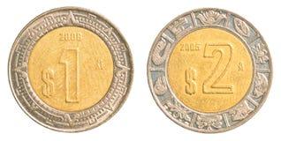 Una y dos monedas del Peso mexicano Imágenes de archivo libres de regalías