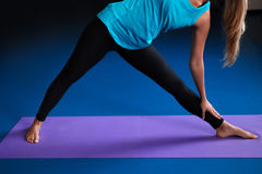 Una yoga practicante de la mujer en una estera Imagenes de archivo