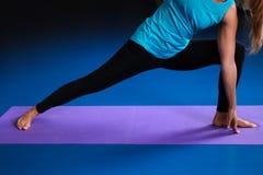 Una yoga practicante de la mujer en una estera Imagen de archivo