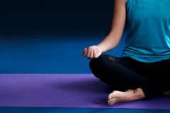 Una yoga practicante de la mujer en una estera Fotos de archivo