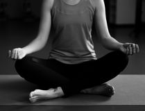 Una yoga practicante de la mujer en una estera Foto de archivo