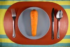 Una zanahoria en una placa Fotografía de archivo libre de regalías