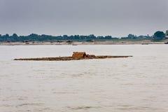 Una zattera di galleggiamento con una famiglia sul fiume di Irrawaddy vicino a Mandalay, Myanmar immagine stock libera da diritti