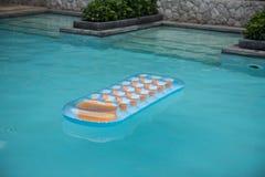 Una zattera di galleggiamento variopinta in uno stagno Fotografie Stock