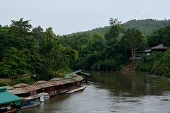 Una zattera per il fiume, kanjanaburi in Tailandia Fotografie Stock