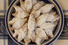 Una zolla dei biscotti greci su blu e su bianco Immagine Stock