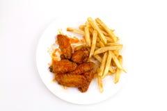 Una zolla delle ali e delle fritture calde Fotografia Stock