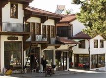 Una zona commerciale ravvivata nel centro urbano storico di Elmali, Adalia, Turchia 27 settembre 2018 immagini stock libere da diritti