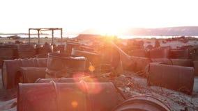 Una zona industriale abbandonata con i barili da olio vuoti video d archivio