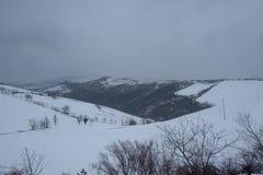 Una zona rural cubierta en nieve en las montañas de Apennine acerca al cuchillo largo Imagenes de archivo
