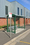Una zona señalada del autobús con la muestra, el refugio y la zona de estacionamiento Fotos de archivo libres de regalías