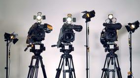 Una zumata fuori ha sparato su tre macchine fotografiche e materiali di illuminazione archivi video