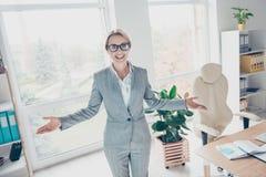 Unabhängig, hübsch, bezaubernd, lächelnde Frau mit den offenen Händen zu Lizenzfreie Stockfotos
