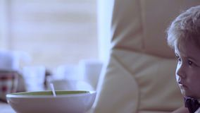 Unabhängiges Kind Einsame Kindheit Der Junge isst sich stock footage