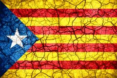 Unabhängigkeits-Katalonien-Flagge auf gebrochenem Beschaffenheitshintergrund Stockbild