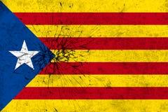 Unabhängigkeits-Katalonien-Flagge auf gebrochenem Wandbeschaffenheitshintergrund Stockfoto