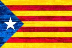 Unabhängigkeits-Katalonien-Flagge auf hölzernem Beschaffenheitshintergrund Stockbild
