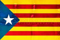 Unabhängigkeits-Katalonien-Flagge auf metallischem Beschaffenheitshintergrund Lizenzfreies Stockfoto