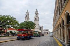 Unabhängigkeits-Piazza, Touristenzüge und Kathedrale auf dem Gegenteil Lizenzfreie Stockfotografie
