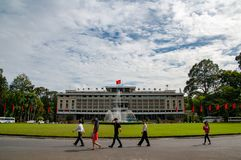Unabhängigkeits-/Wiedervereinigungs-Palast, Saigon, Vietnam mit Leuten im Vordergrund stockbilder