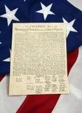 Unabhängigkeitserklärung auf amerikanischer Flagge, vertikal lizenzfreies stockbild