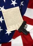 Unabhängigkeitserklärung mit Faustfeuerwaffe, vertikal stockfotografie