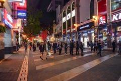 Unacquainted Chinese Mensen die in de 'weg van Peking 'de beroemde het lopen straat in guangzhoustad China lopen stock fotografie
