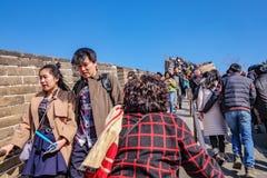 Unacquainted Chinese mensen of toerist die in Grote Muur van China bij de Stad van Peking lopen De grote muur van China één van 7 royalty-vrije stock foto's