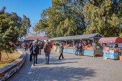 Unacquainted chinesisches Volk oder Tourist, die in Ming Dynasty Tombs Beijing-Stadt China gehen China - eine UNESCO-Welterbestät stockbild