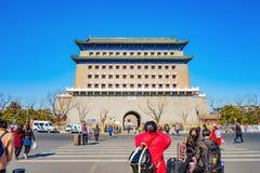 Unacquainted chinesisches Volk oder Tourist, die nahe Zhengyang-Tor Jianlou an Qianmen-Straße gehen stockbilder