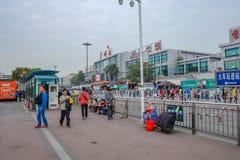 Unacquainted kines eller turist som framme går av Guangzhou drevstation Vardagsliv i Guangzhou drevstation royaltyfri foto
