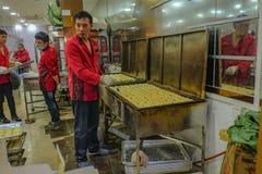 Unacquainted kinesisk kock Cooking Chinese Pastry i köket Guangzhou stad Kina royaltyfria foton