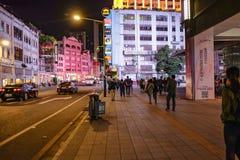 Unacquainted kinesiskt folk som går i 'den beijing vägen 'den berömda gå gatan i guangzhou stadsporslin arkivfoto