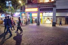 Unacquainted kinesiskt folk som går i 'den beijing vägen 'den berömda gå gatan i guangzhou stadsporslin arkivfoton