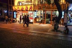 Unacquainted kinesiskt folk som går i 'den beijing vägen 'den berömda gå gatan i guangzhou stadsporslin arkivbilder