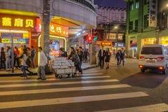 Unacquainted kinesiskt folk som går i den Shang Xia jiuen som går gatan i den Guangzhou staden Shang xiajiu som går gatan arkivbilder