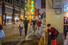 Unacquainted kinesiskt folk som går i den Shang Xia jiuen som går gatan i den Guangzhou staden Shang xiajiu som går streetUnacqua arkivfoto