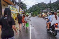 Unacquainted thail?ndskt folk eller turist som g?r p? v?gen i den Kohchang ?n Trat Thailand Thailand ferie p? ?n arkivfoto