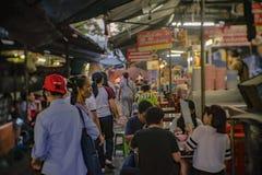 Unacquainted Thaise mensen of toerist in Talat Phlu Train Station Market Talat Phlu Market is de Oude markt en zeer Beroemd lokaa royalty-vrije stock afbeeldingen