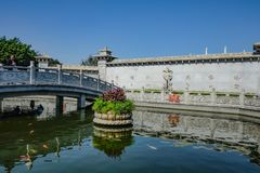 unacquainted Tourist in Guanyin von Berg Xiqiao-Tempel, Foshan-Stadtporzellan lizenzfreie stockbilder