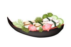 Unagi寿司和田耕寿司在木小船 免版税库存图片